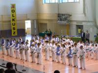 Zdjęcie grupowe zawodników w kimono podczas otwartych mistrzostw Oyama Karate w hali sportowo-widowiskowej w Olkuszu