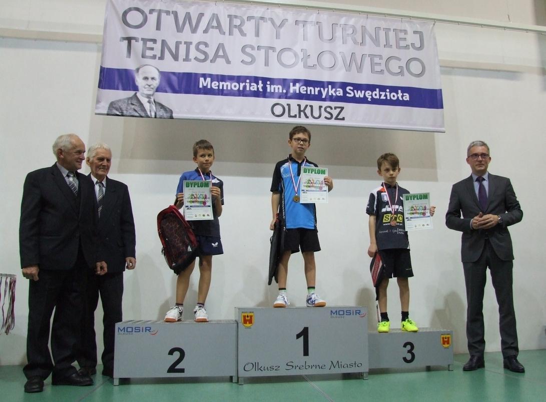 Uczestnicy podczas Otwartego Turnieju Tenisa Stołowego-3. Memoriału Henryka Swędzioła