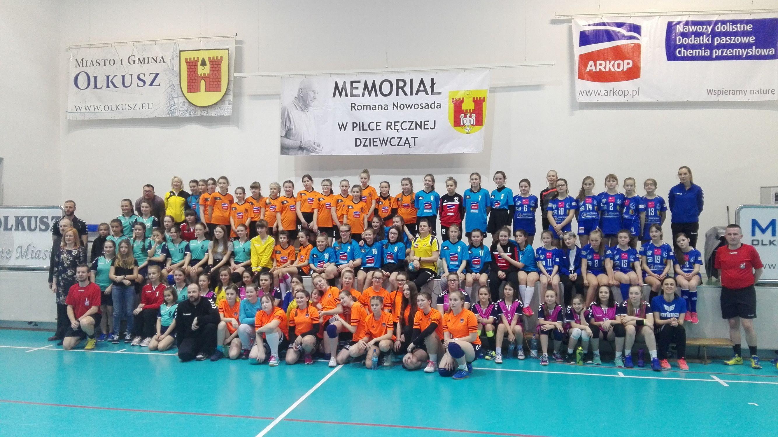 Zdjęcie wszystkich drużyn wraz z organizatorami