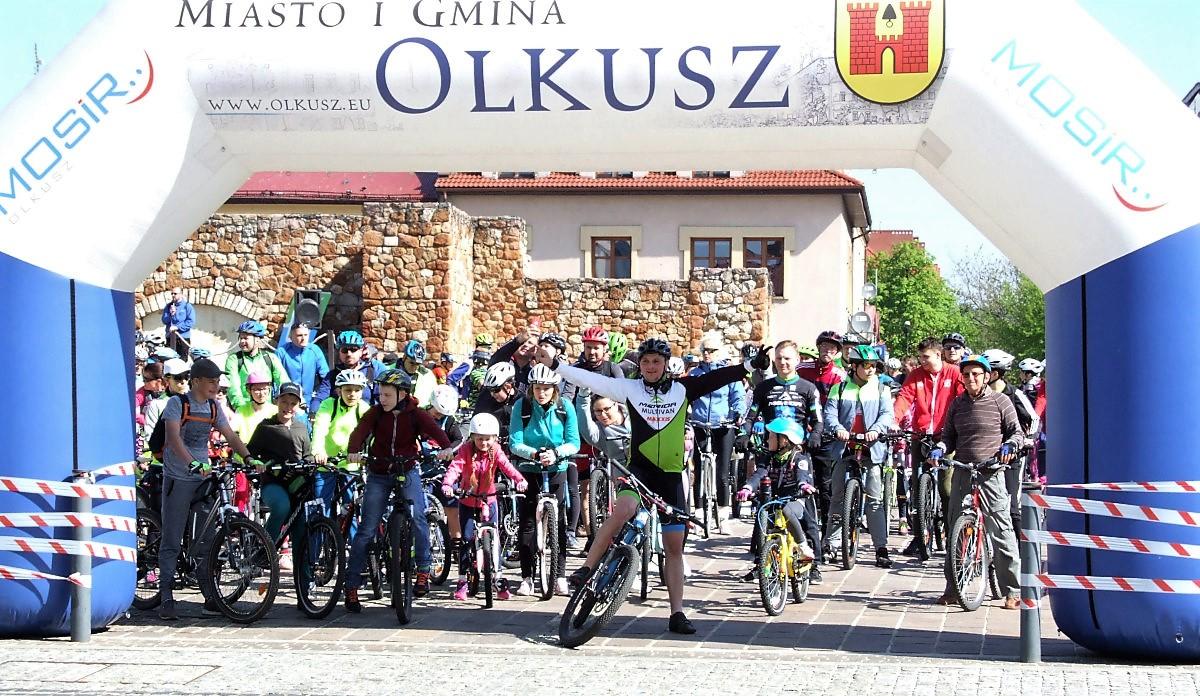 Rowerzyści oczekujący na start XVII Rodzinnego Rajdu po Olkuskich Szlakach Rowerowych oraz Marszu Nordic Walking