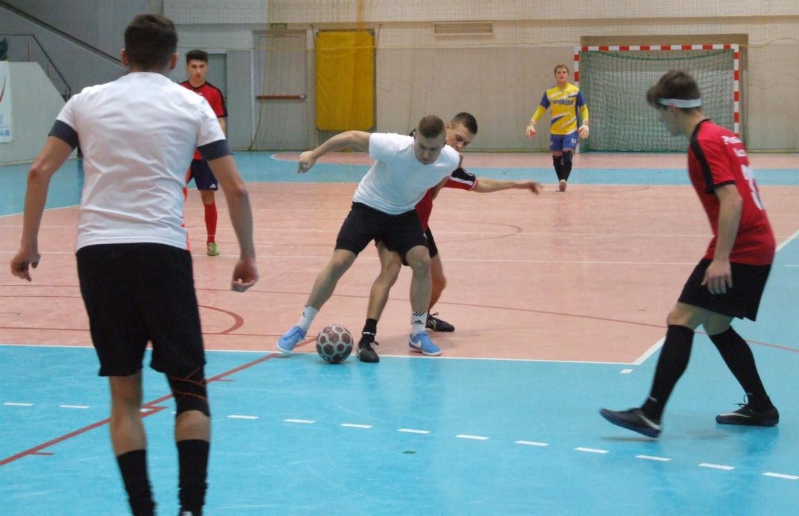 Uczestnicy podczas rozgrywanego meczu fazy eliminacyjnej Otwartego Turnieju Halowej Piłki Nożnej o Puchar Srebrnego Miasta