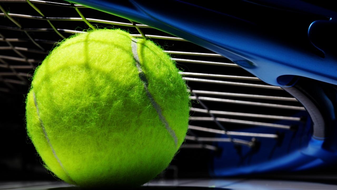 Rakieta tenisowa wraz piłką do tenisa ziemnego