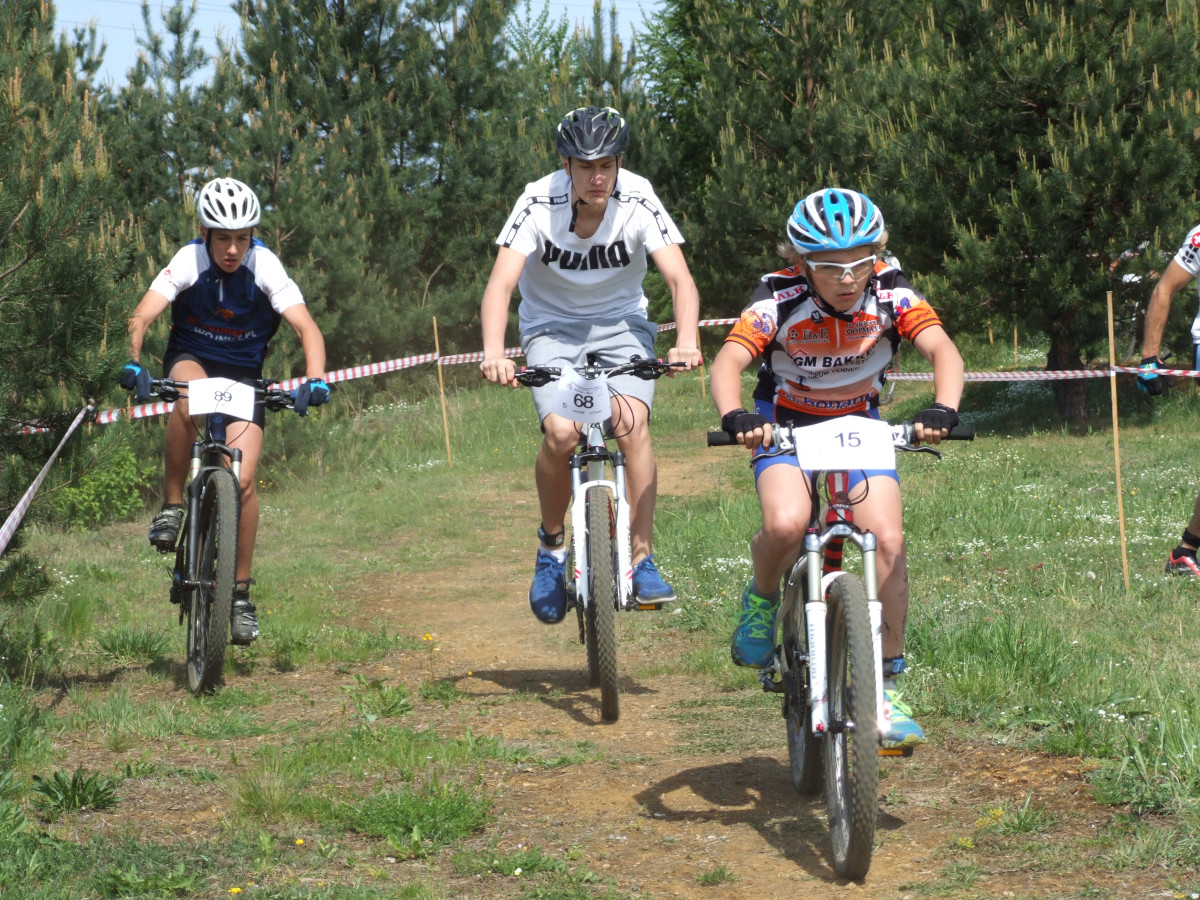 Zawodnicy na rowerach podczas Amatorskich Mistrzostw Polski w Kolarstwie Górskim Family Cup w Silver Parku