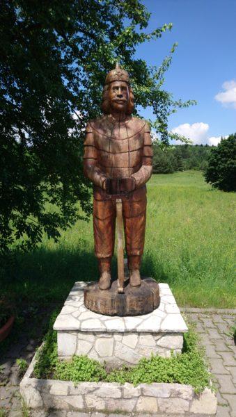 Drewniana rzeźba rycerza w Rabsztynie