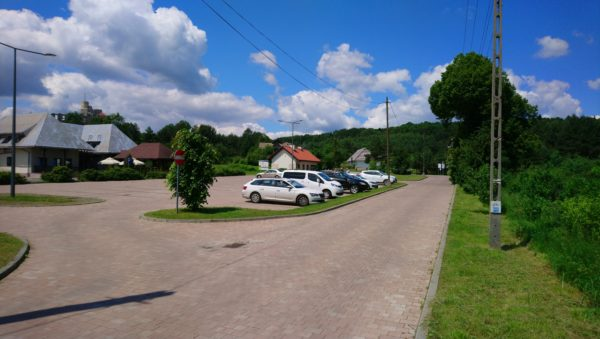 Parking pod zamkiem w Rabsztynie