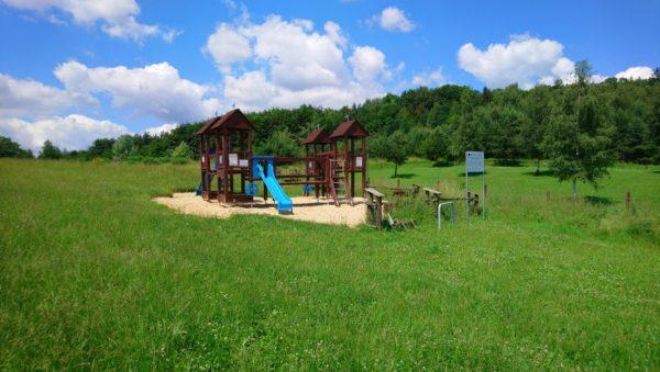 Plac zabaw na wzgórzu zamkowym w Rabsztynie