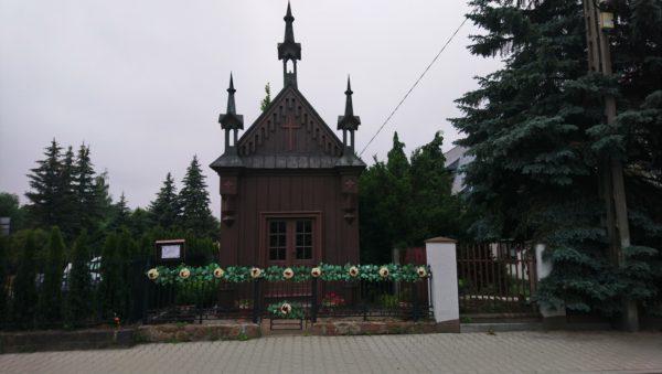 Drewniana kapliczka w Olkuszu z trzema strzelistymi wieżyczkami