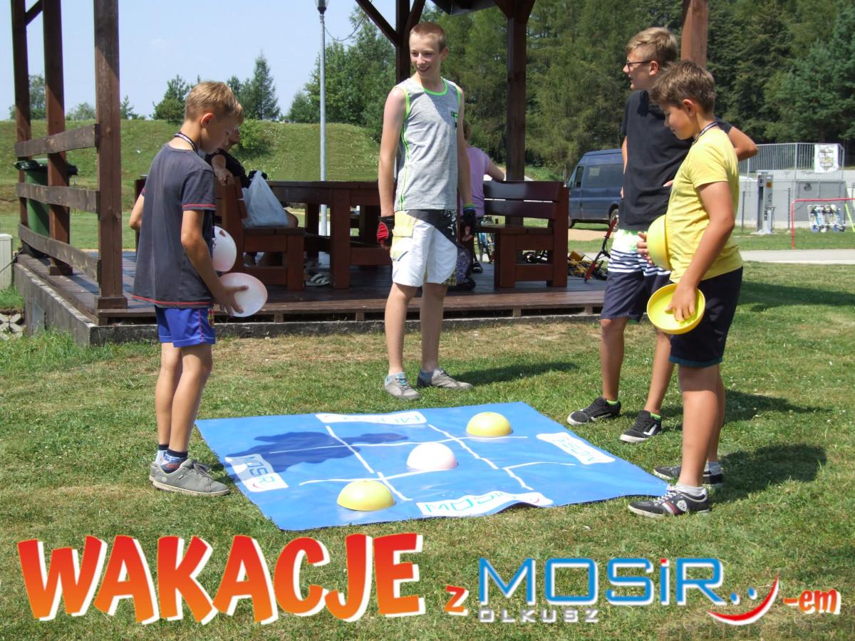 Chłopcy grają w kółko i krzyżyk na dużej planszy w Silver Parku