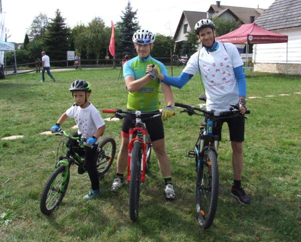Uczestnicy Indywidualnego Rajdu Rodzinnego po Olkuskich Szlakach Rowerowych na rowerach
