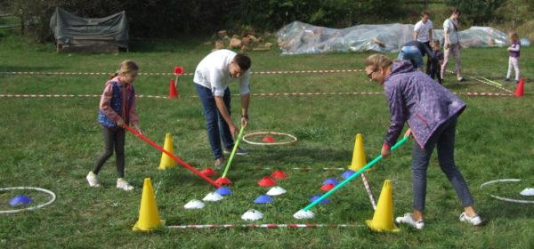 Rodzina bierze udział w konkurencji rekreacyjno-sportowej