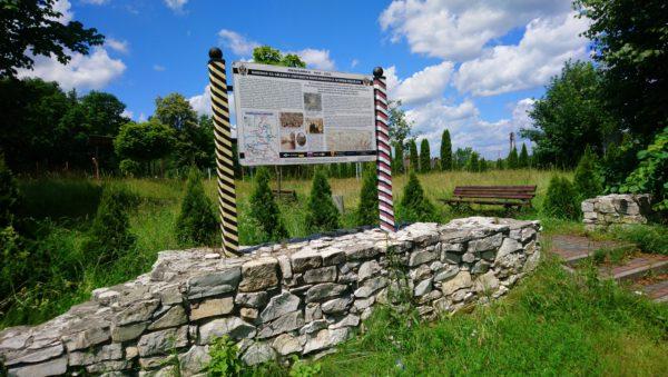 Fragment muru rosyjskiego Urzedu Celnego wraz z tablica informacyjną w Niesułowicach