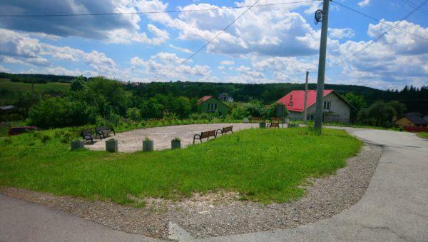Plac z ławkami w Niesułowicach