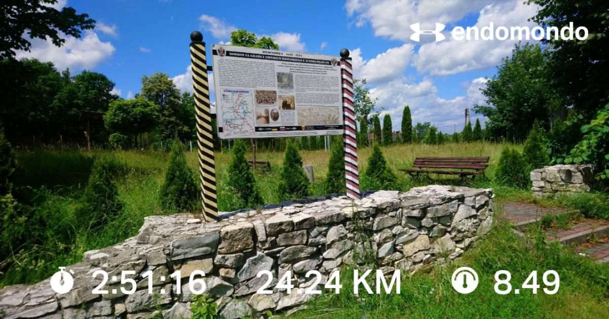 Tablica informacyjna w punkcie wypoczynkowym w Niesułowicach wraz z parametrami wycieczki rowerowej