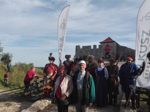 Uczestnicy Juromanii na tle zamku Rabsztyn