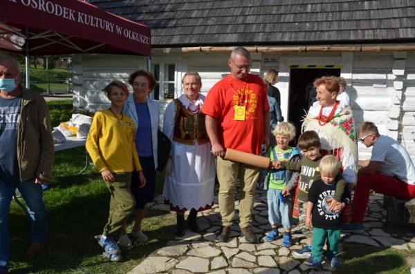 Uczestnicy Juromanii przed Chatą Kocjana w Rabsztynie