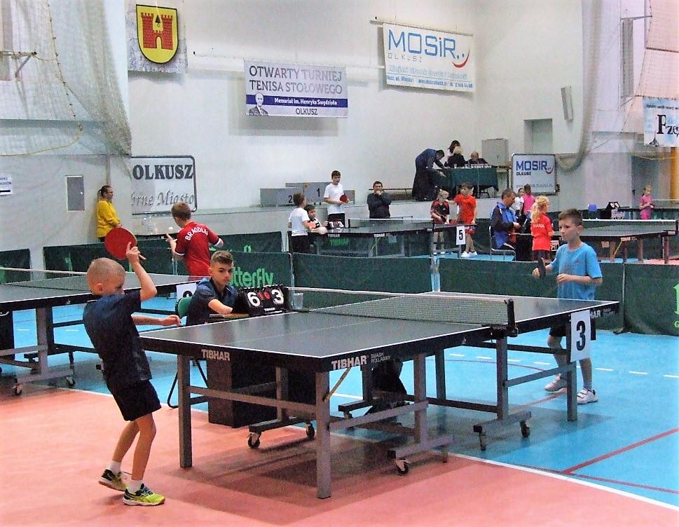 Chłopcy grają w tenisa stołowego