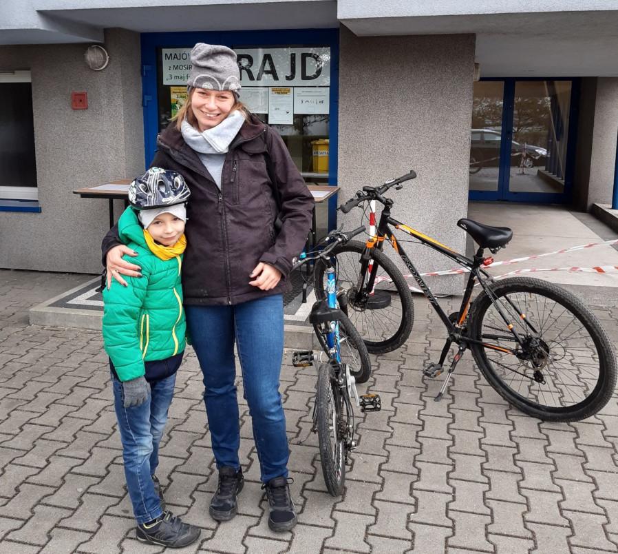 Uczestnicy rajdu rowerowego przed Halą Sportową-Widowiskową w Olkuszu