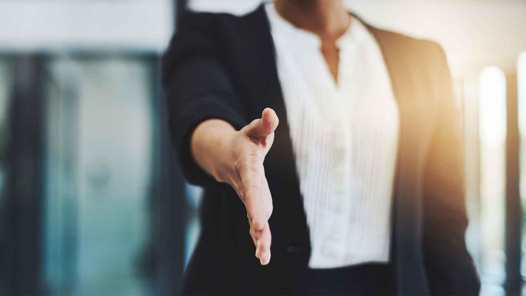Kobieta wyciąga rękę aby się przywitać