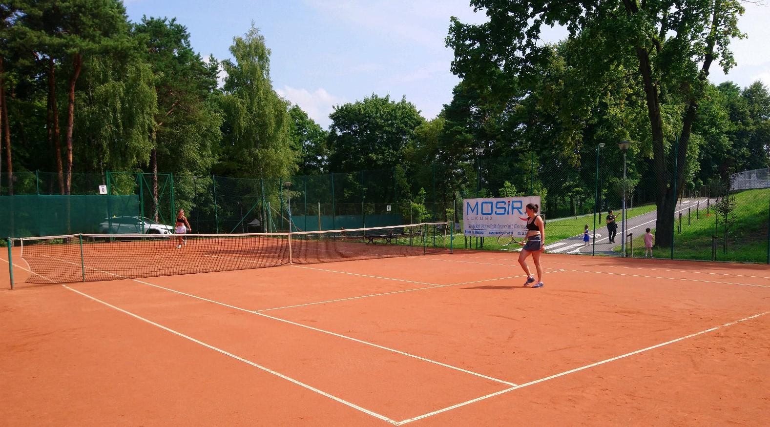 Kobiety grają w tenisa ziemnego podczas turnieju Orlich Gniazd by HEAD