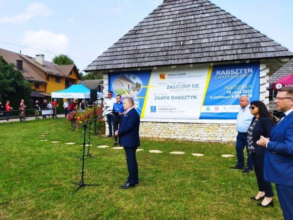 Burmistrz Miasta i Gminy Olkusz podczas konferencji prasowej w Rabsztynie