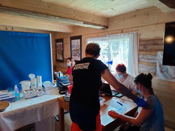 Osoba podczas szczepienia w Chacie Kocjana w Rabsztynie
