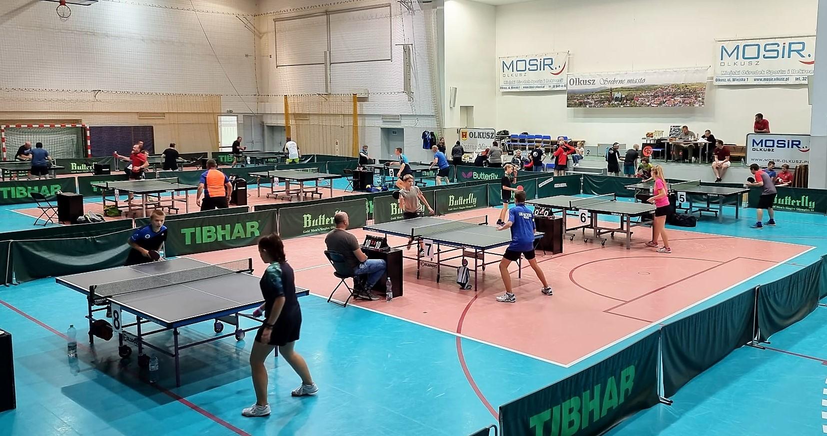 Zawodnicy przy stołach tenisowych podczas II Turnieju Tenisa Stołowego o Puchar Srebrnego Miasta